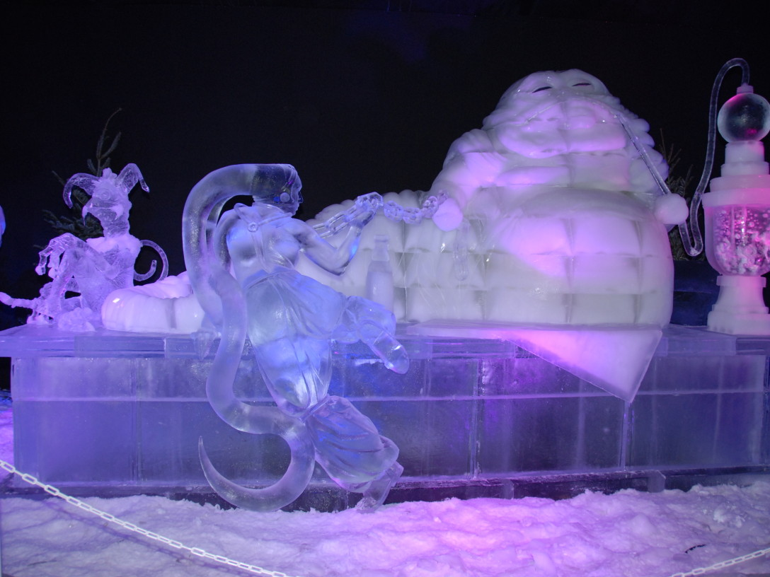 An ice sculpture depicting Jabba the Hutt and a Twi'Lek dancer