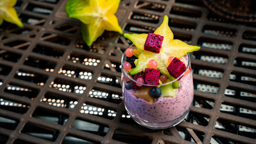 The Rising Moons Overnight Oats features oats, dragon fruit, yogurt and seasonal fruit and can be found at Docking Bay 7 Food and Cargo, Ronto Roasters and Oga's Cantina. (David Nguyen/Disney Parks).