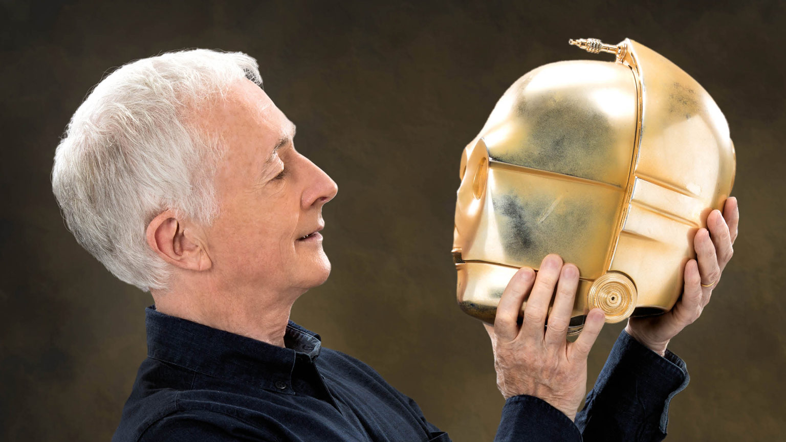 Anthony Daniels with his C-3PO mask