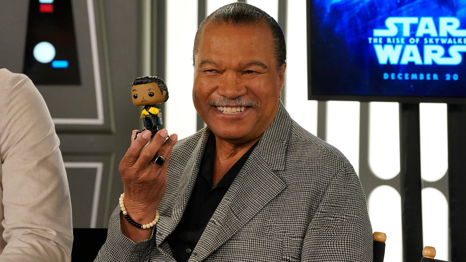 Billy Dee Williams with a Lando Calrissian Funko Pop!
