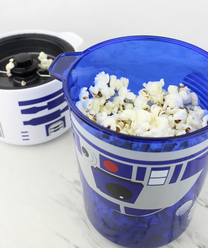 Artoo garland popping popcorn