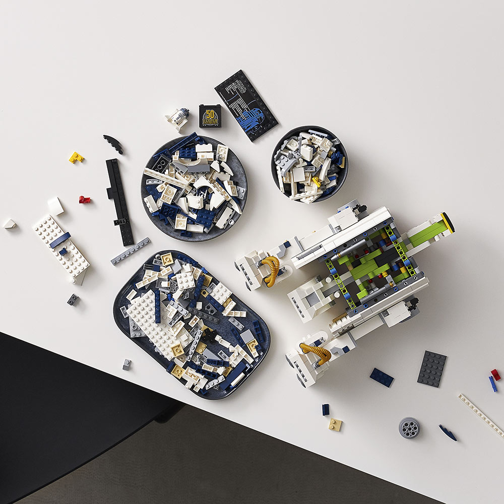 LEGO Star Wars R2-D2 in parts