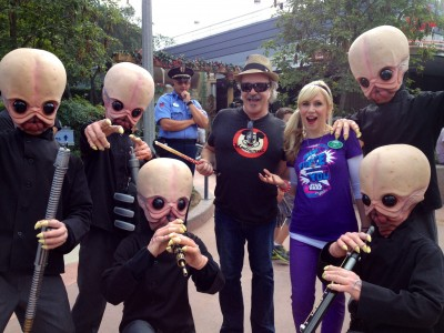 You never know who you're going to run into during Star Wars Weekends! Jim and I were walking to our autograph sessions when we ran into the Cantina Band!