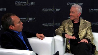 Warwick Davis chats with Anthony Daniels.